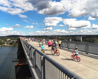 Bikers and pedestrians on the Walkway Over the Hudson